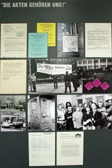 Eine Pinnwand auf der Bilder und Dokumente über die Stasi zu sehen sind.
