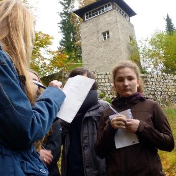 Recherchegruppe unter dem Wachturm