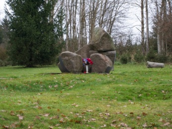 cc Stiftung Zuhören / Die Mulden in der Wiese vor dem Gedenkstein