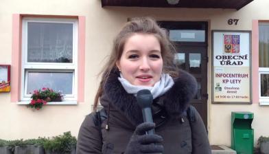 cc Stiftung Zuhören / Reporterin vor dem Rathaus in Lety