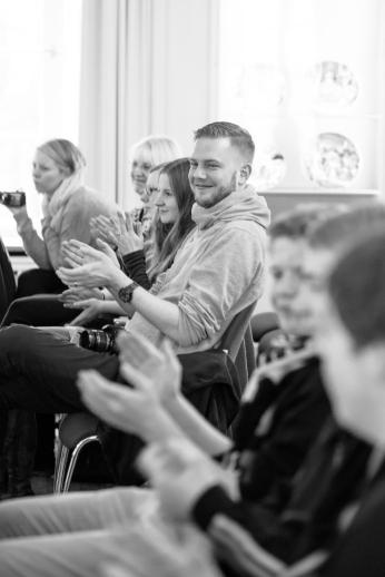 cc Stiftung Zuhören / Im Publikum steigt die Spannung, gleich kommen die Schüler-Präsentationen