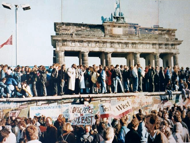 West_and_East_Germans_at_the_Brandenburg_Gate_in_1989
